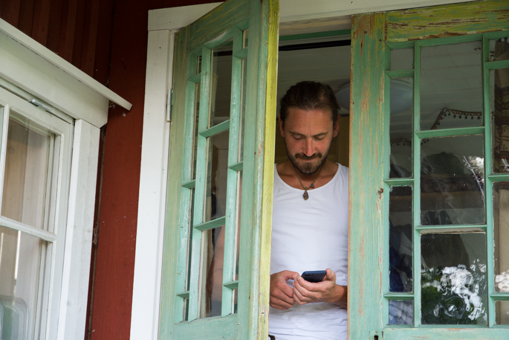 Kristoffer Kabell står innanför de grönmålade dörrarna på sitt hus.